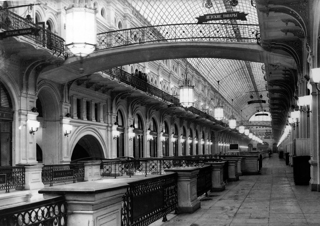 Сталин закрыл ГУМ в 1930 году, сюда вселились министерства и ведомства,  первая линия была полностью закрыта для входа, здесь находился кабинет  Берии. ... a1629c4b9bc