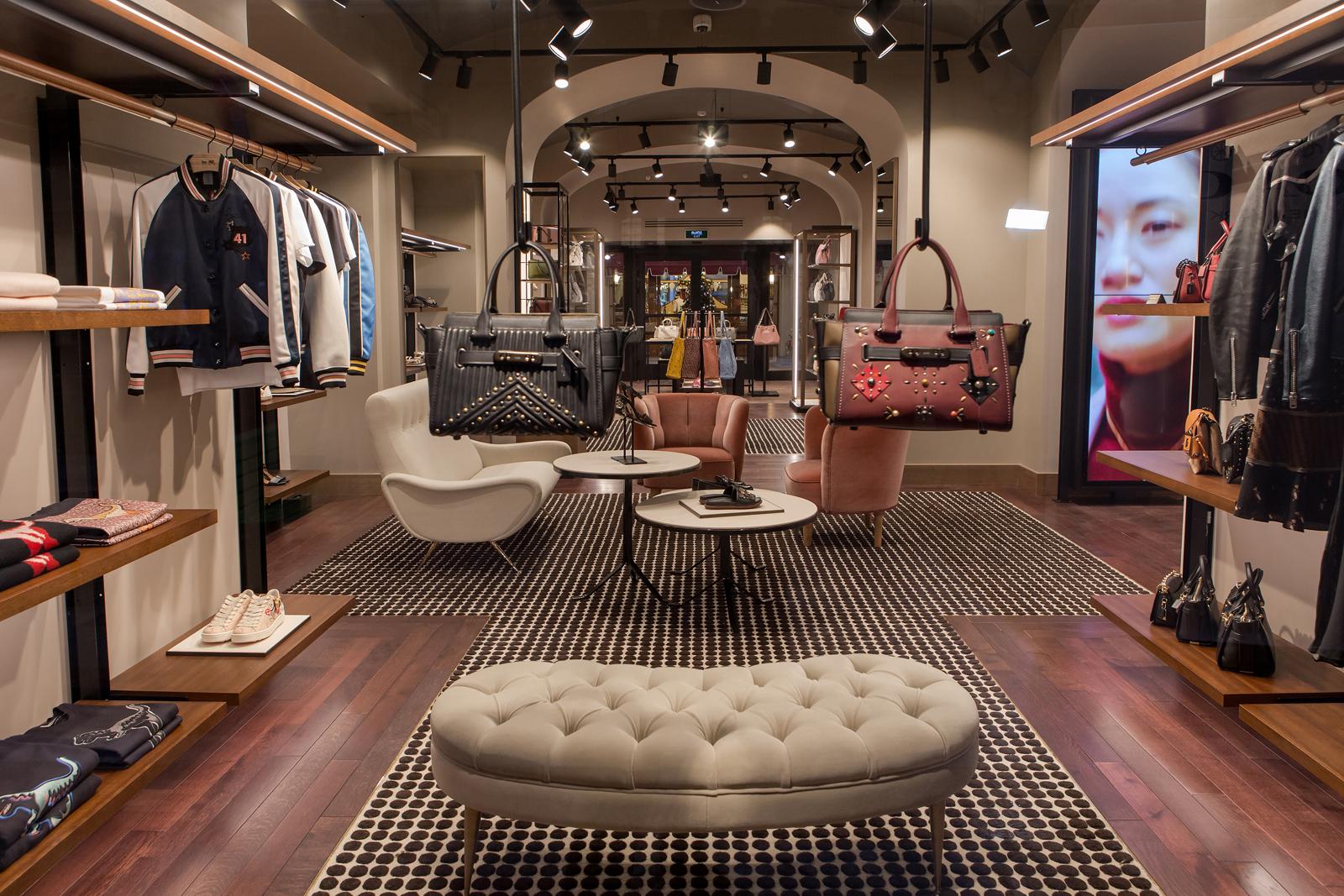 В магазине DKNY на 2-м этаже ГУМа теперь действуют скидки до 50% на...